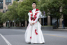 Китайские мужчины кокетливо позировали в Шанхае в воздушных белых платьях, украшенных алыми розами.