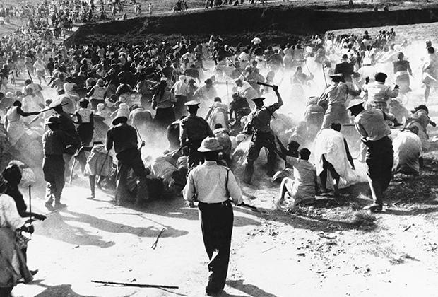 Полиция ЮАР разгоняет чернокожих женщин на акции протеста, Дурбан, 1959 год