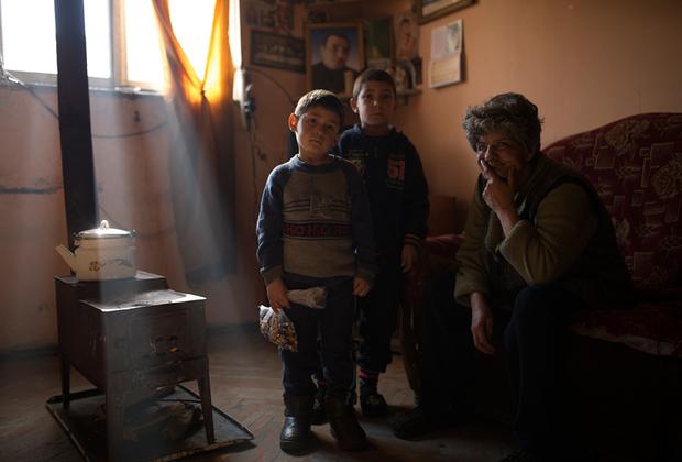Дети Лусине: Сурен, 5 лет, и Левон, 7 лет. Рядом с ними соседка, которая зашла в гости, чтобы хоть как-то поддержать семью после смерти отца. <br><br> В здании нет газа и центрального отопления. Печь-буржуйка — лучший способ обогреться в холодное время года.