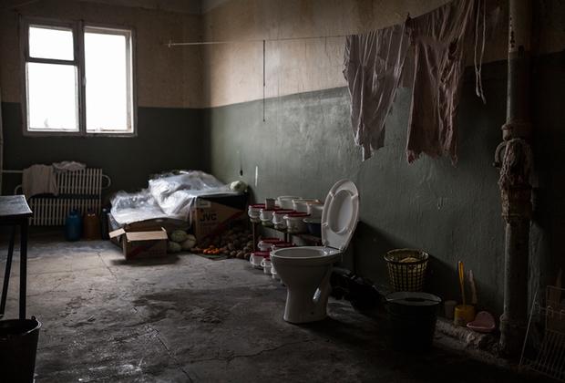 Санузел совмещен с кладовкой. Но коммуникации на этажах давно перекрыты из-за постоянных протечек, поэтому воду носят в ведрах из подвала.