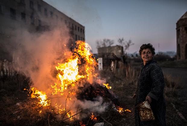Карине собрала сухие ветки и листья и развела костер. «Я здесь однажды все сожгу, все», — кричит она, улыбаясь.