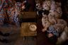 Лусине со своими детьми в квартире. Собственно, здешние квартиры — это одна или две комнатки с маленькой прихожей. Семья Лусине — она и пятеро ее детей — спят в одной комнате. Это позволяет сэкономить на отоплении в холодную погоду.