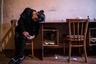 Мать Сюзанны — Лусине — в своей комнатке. Ей 30 лет, у нее пятеро детей и депрессия. Несколько дней назад муж покончил с собой, оставив ее и детей без средств к существованию.