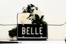 Новинка Estée Lauder открывается цветочными нотами, которые быстро переходят в теплый аккорд амброксида, абсолюта фиалкового корня, замши и сладкого мускусного марципана — отличный вариант для вечера холодного ноябрьского дня.