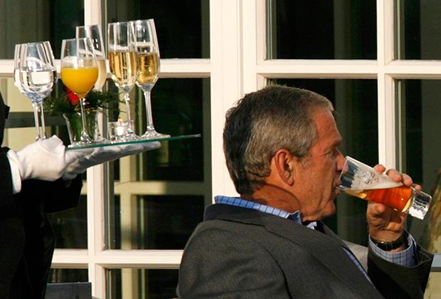 В отличие от европейских лидеров, в большинстве своем отдававших предпочтение вину, Буш-младший часто предпочитал ему пиво.
