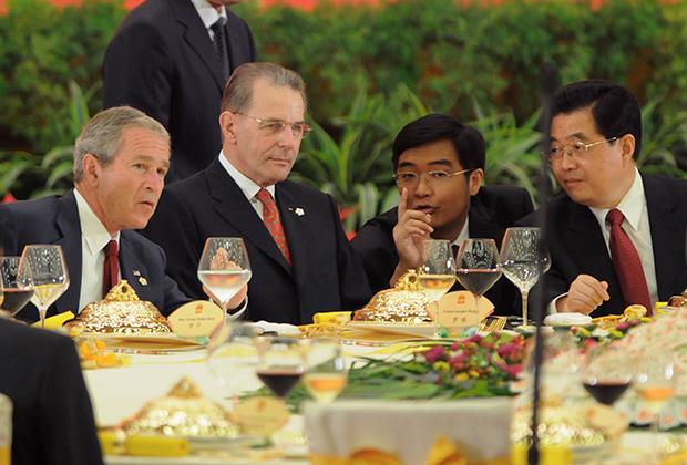 Слухи о пристрастии Буша к алкоголю не утихали и во время его президентского срока. Во всяком случае, на многочисленных официальных приемах и ужинах от алкоголя он не отказывался.