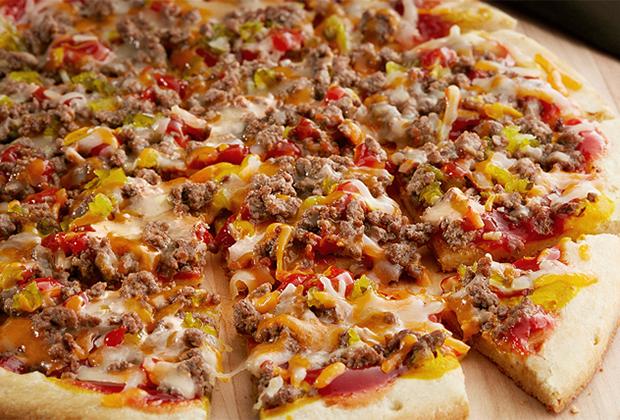 Пицца чизбургер — любимое блюдо Джорджа Буша-младшего. В годы его президентства эта пицца появилась в меню практически всех пиццерий, фастфудов и кафе страны.