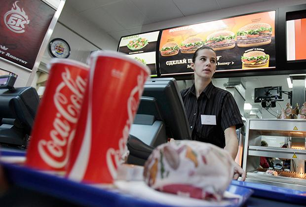 Кока-кола и бургер —еще одни фавориты президентского стола.