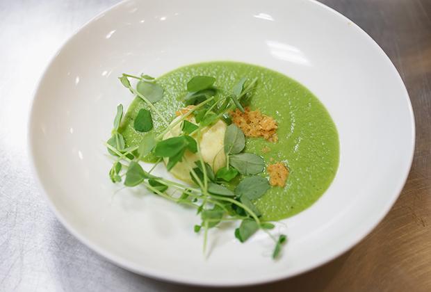 Первая леди предпочитала более здоровую пищу. Например, одним из фаворитов ее стола долгое время был гороховый суп с мятой.