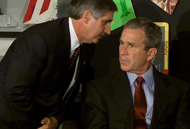 Исторический момент — президенту сообщают об атаке 11 сентября на башни-близнецы в Нью-Йорке.
