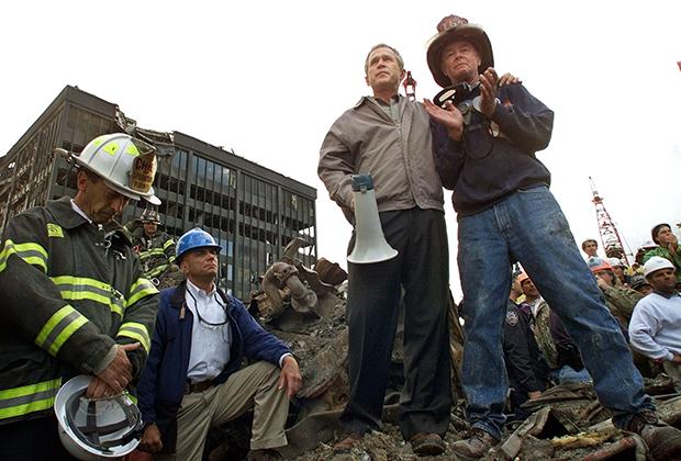 Буш вместе с рабочими, разбиравшими завалы на месте, где стоял Всемирный торговый центр.