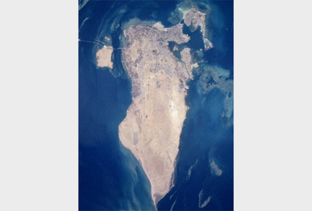 Королевство Бахрейн расположено на 33 островах в Персидском заливе, но обитаемы далеко не все. Размеры самого крупного из них— острова Бахрейн— составляют 48 километров с севера на юг и 6 километров с запада на восток в самой широкой части. Площадь острова составляет 590 квадратных километров, а всего королевства —780 квадратных километров. Для сравнения, площадь Москвы в пределах МКАД —около 900 квадратных километров.