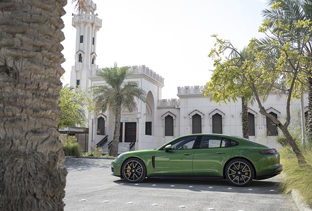 Версия GTS —самая драйверская модификация в гамме Porsche Panamera, но далеко не сама мощная. Она оснащена тем же двигателем V8 4.0 с двумя турбинами, что и флагманские Turbo и Turbo S, но мотор дефорсирован с 550 лошадиных сил и 770 ньютон-метров до 460 лошадиных сил и 620 ньютон-метров. В итоге разгон до 100 километров в час занимает 4,1 секунды, а максимальная скорость составляет 292 километра в час.