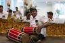 Прибывших встречали с цветочными гирляндами, национальными танцами провинции Бали и музыкой традиционного для Индонезии инструмента гамелана, которую в знак уважения и гостеприимства исполнила группа работников наземных служб аэропорта.