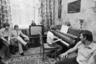 Культ музыкальных школ возник в СССР и попортил жизнь многим детям. Советские граждане необъяснимо любили пианино. Купить «Лирику», «Аккорд» и уж тем более «Красный Октябрь» было сложно, но можно. Трогать инструмент понапрасну строго воспрещалось. На фото: хоккеист Уэйн Гретцки в гостях у коллеги Владислава Третьяка.