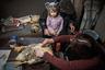 Жители венгерской деревеньки на берегу Тисы. Автор фотосерии, посвященной неустроенной Венгрии, отмечает, что каждый третий житель этой страны живет в нищете, это 3,3 миллиона человек, а 1,2 миллиона живут в условиях крайней нищеты. Это довольно высокий показатель для страны с населением 9,9 миллиона человек.  <br> <br> Еще немного статистики: почти каждый второй венгр живет в стесненных условиях, каждая четвертая квартира должным образом не защищена от дождя и почти миллион домохозяйств не имеют электричества, отопления или газа. Венгерская молодежь и люди среднего возраста стремятся покинуть родину. В настоящее время в Европейский союз перебрались уже более 600 тысяч венгров.
