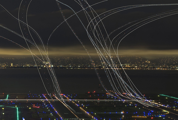 Чтобы сделать этот снимок, американский фотограф четыре часа просидел на вершине горы в трех километрах от взлетно-посадочной полосы в Сан-Франциско. Он хотел продемонстрировать бешеный темп, в котором живет Калифорния.
