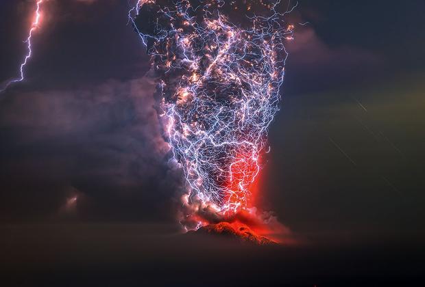 Извержение вулкана Кальбуко в Андах, Чили. В момент съемки вулкан окутала невероятная буря. <br> <br> Последний раз Кальбуко извергался в апреле 2015 года. Тогда из прилегающих районов были эвакуированы пять тысяч человек.