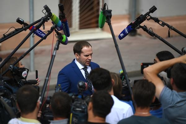 Адвокат юмориста Евгения Петросяна Сергей Жорин отвечает на вопросы журналистов у Хамовнического суда Москвы
