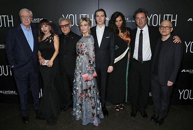 Премьера фильма «Молодость», Лос- Анджелес, 17 ноября 2015 года. Слева направо: Сэр Майкл Кейн, Суми Йо, Харви Кейтель, Джейн Фонда, Пол Дано, Мадалина Диана Генеа, Паоло Соррентино и Дэвид Лэнг.