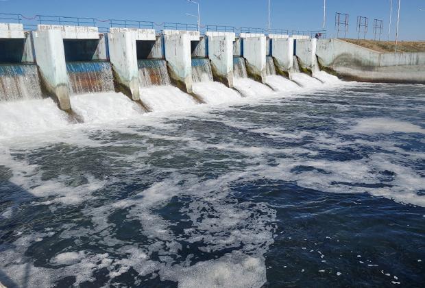 Сама Кокаральская плотина, благодаря которой удалось спасти море. Излишки воды сбрасываются в пустыню.