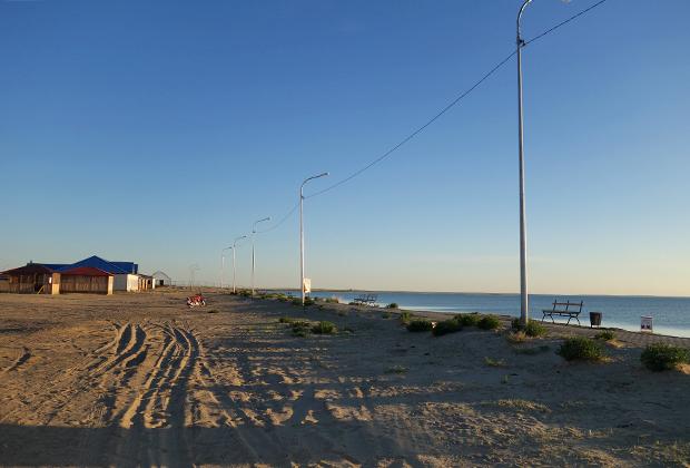 Вода постепенно возвращается к старым рыбачьим поселкам, а вместе с ней и старый уклад. В планах властей Казахстана довести воду до Аральска. Вероятно, для этого придется построить к городу канал от моря.