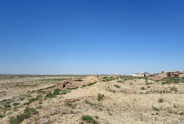 Старые поселки рыбаков еще держатся, да и брошенные строения долго не заносит песком.