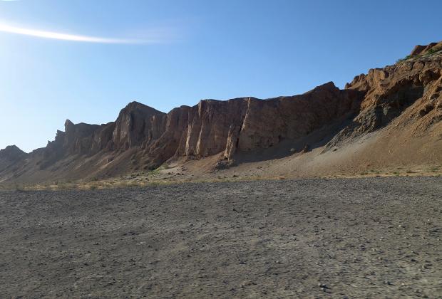 Возвышенности с крутыми обрывами —бывший берег моря.