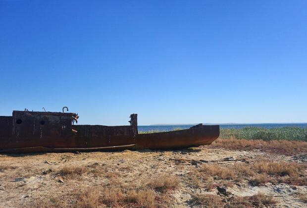 Рыбаки, ходившие на этих кораблях в море, давно переквалифицировались в скотоводов, а корабли все еще гниют среди пустыни.