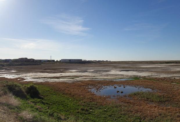 Бывшая акватория Аральского порта ныне представляет собой пустыню с отдельными лужами.