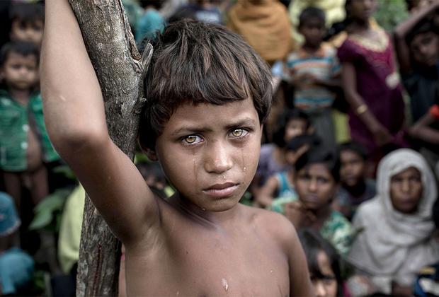 Маленькая Асмат Ара пережила геноцид в Мьянме. Еще прошлой ночью вместе с родителями и другими представителями народа рохинджа она вошла лагерь для беженцев, организованный на территории соседнего государства Бангладеш. По данным ООН, с 25 августа 2017 года из-за притеснений мусульман из Мьянмы бежали больше 646 тысяч рохинджа.