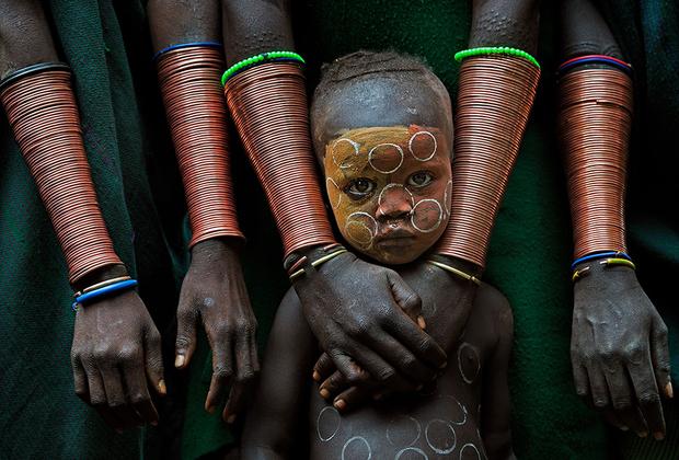 Дети племени сури (сурма) в Эфиопии находятся под чрезмерной опекой своих семей. Они являются надеждой сури, поэтому их тщательно оберегают от внешнего мира, чтобы воспитать продолжателей традиций немногочисленного народа. Образу жизни сури в Эфиопии постоянно угрожает местное правительство, которое пытается цивилизовать эту этническую группу.