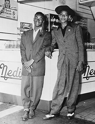 Афроамериканские подростки в зут-костюмах, 1943 год. Первыми зут-сьютерами были джазовые музыканты из Гарлема. Затем мода перекинулась на другие города США с большим процентом чернокожего населения. Латиноамериканцы переняли моду как раз у афроамериканцев.