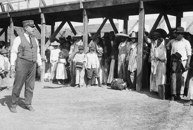 Офицер миграционной службы разговаривает с мексиканскими беженцами в Эль-Пасо, штат Техас, 1916 год. Гражданская война в Мексике 1910-1917-х годов стала мощным катализатором миграции в США.