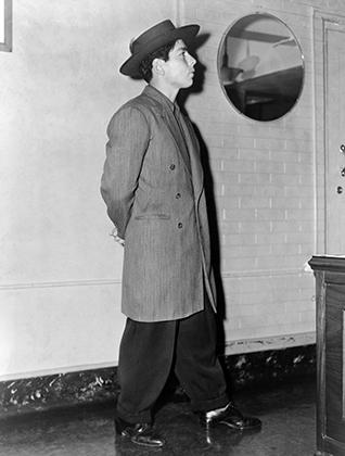 Молодой латиноамериканец в зут-костюме и популярной среди пачукос фетровой шляпе. 11 июня 1943 года.
