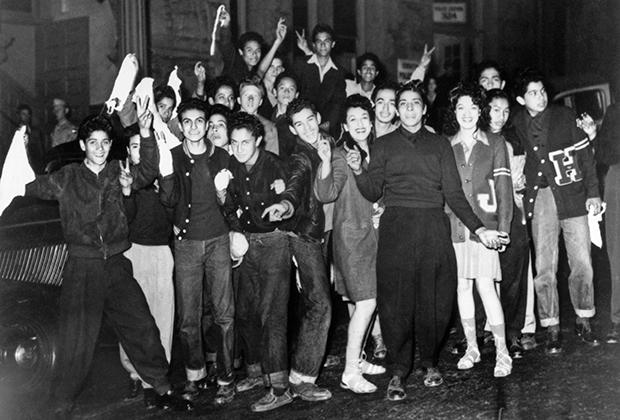 Латиноамериканские подростки после Zoot Suit Riot — столкновений между моряками и пачукос. Фото сделано 12 июня 1943 года, когда восстание почти полностью сошло на нет.