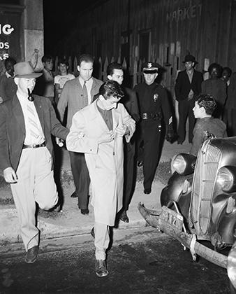 Несмотря на то что агрессию проявляли и моряки, и зут-сьютеры, арестовывали первое время только пачукос. На фото от 11 июня 1943 года полицейский ведет задержанного зутера.