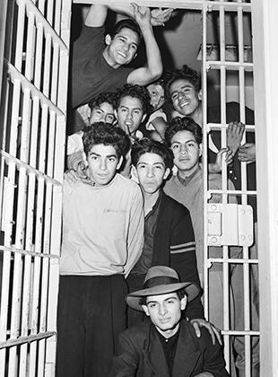 Молодые латиноамериканцы в камере тюрьмы в Лос-Анджелесе. Большая часть задержанных не имела никакого отношения к бандам пачукос, а многие задержанные не были даже совершеннолетними.