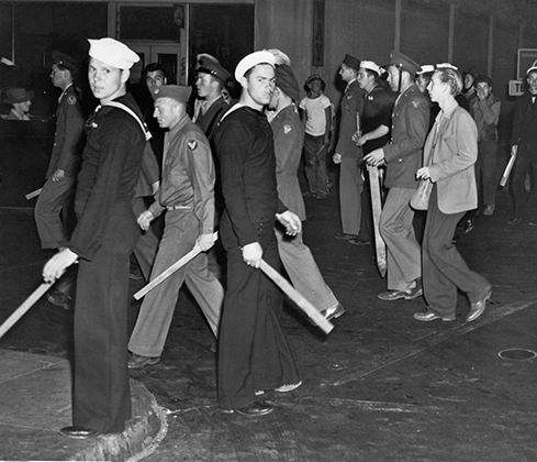 Вооруженные битами моряки после зачистки улицы от пачукос во время Zoot Suit Riot.