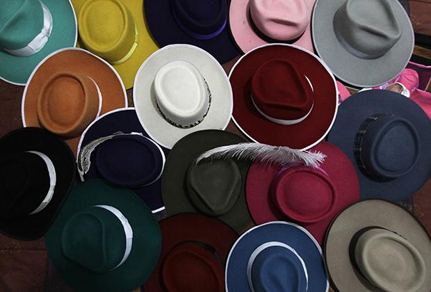 Шляпы в стиле пачукос в доме де ла Роса. Все предметы одежды этого хранителя стиля пачукос выполнены вручную. Стоимость шляп на 2013 год, когда были сделаны эти фотографии, варьировалась от 40 до 130 долларов США, за костюм нужно было отдать 300 долларов, обувь оценивалась в 60-120 долларов, а рубашки — в 30 долларов каждая.