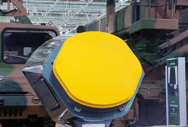 Бортовая активная фазированная антенная решетка радара KLJ-7A получила 600 приемо-передающих модулей, в отличие от, например, боковых радаров серии Н036Б-1-01 российского истребителя пятого поколения Су-57, где насчитывается 358 модулей.<br><br>При этом известно, что российские модули выполнены на основе арсенида галлия, который улучшает эргономичность и повышает мощность радара, а не кремния — с этим перспективным соединением Россия научилась работать благодаря СССР. Использование Китаем подобных технологий в KLJ-7A остается открытым вопросом.<br><br>Также на выставке китайцы показали первый в мире авиационный бортовой радар LKF601E с активной фазированной антенной решеткой воздушного охлаждения. Ранее крупные радары использовали водное охлаждение, утяжеляющее изделие.<br><br>Истребители J-10A и JF-17 Block 3 предполагается модернизировать оснащением KLJ-7A и LKF601E. Не исключен экспорт радаров.