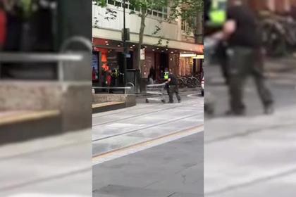 В Мельбурне мужчина въехал на машине в торговый центр и напал на людей с ножом