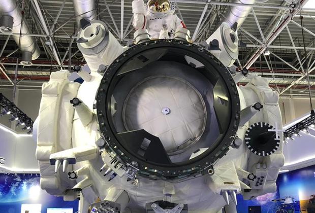 Посетители Airshow China 2018 увидели натуральный макет 17-метрового базового модуля Tianhe китайской национальной космической станции. Станция будет состоять из трех 20-тонных модулей — одного базового и двух лабораторных. Запуск базового модуля запланирован на 2019 год. Сборка станции на орбите должна завершиться в 2022 году. Срок службы орбитальной лаборатории, вмещающей от 3 до 6 человек, составит 10 лет.
