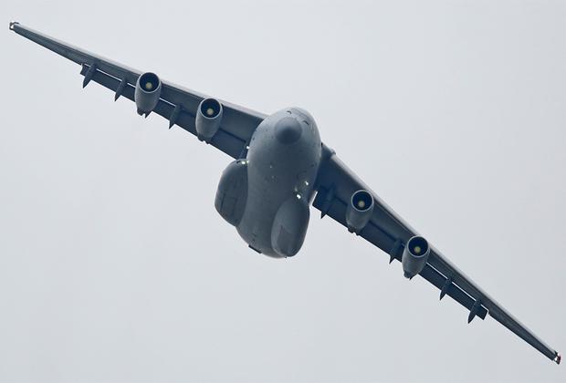 Первый китайский тяжелый военно-транспортный самолет Y-20 поднялся в небо в 2013 году. В разработке машины принимали участие специалисты украинского «Антонова». Самолет получил российские двигатели Д-30КП-2, которые планируется заменить на создаваемые китайские WS-20. С максимальной нагрузкой (66 тонн) самолет способен пройти 4,4 тысячи километра. В настоящее время Y-20 является самым крупным в мире самолетом, находящимся в производстве.