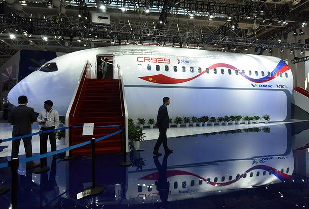 В первый день работы на авиасалоне China Airshow 2018 презентовали полномасштабный макет российско-китайского широкофюзеляжного дальнемагистрального самолета CR929. Базовая версия CR929–600 в трехклассной компоновке способна перевозить 280 пассажиров на расстояние до 12000 километров. В семейство самолетов планируется включить модификации с удлиненным  (CR929–700) и укороченным (CR929–500) фюзеляжем.<br><br>Проектирование самолета будет проводиться в России, сборка — в Китае. Авиалайнер сначала получит западные двигатели General Electric или Rolls-Royce, которые в дальнейшем заменят на российские ПД-35 или китайские CJ2000. Бюджет CR929 на ближайшие три года составляет 40 миллиардов рублей. Финансирование планируется поделить поровну между Китаем и Россией. Первый полет CR929 запланирован на 2025 год.