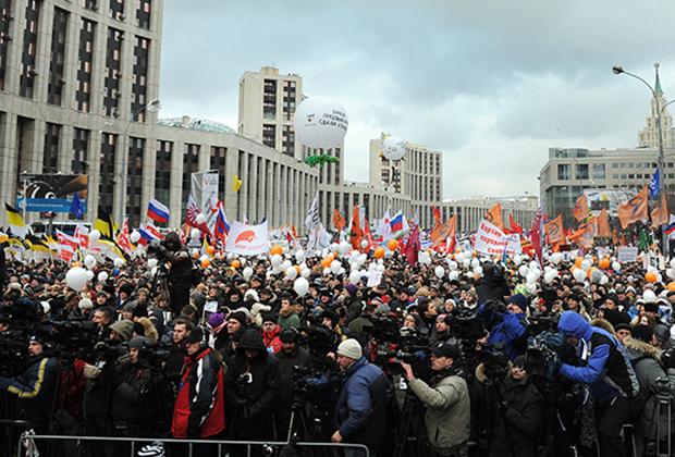 """Участники митинга оппозиции """"За честные выборы"""" на проспекте Сахарова 24 декабря 2011 года"""