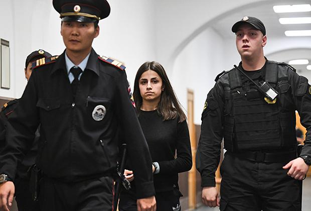 Ангелина Хачатурян— одна из сестер, обвиняемых в жестоком убийстве отца, в Басманном суде