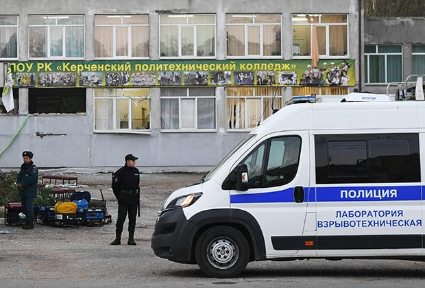 Сотрудники правоохранительных органов у здания Керченского политехнического колледжа, в котором студент четвертого курса Владислав Росляков устроил стрельбу и взорвал бомбу