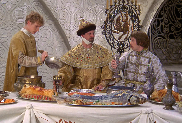 Кадр из фильма «Иван Васильевич меняет профессию», в котором отлично виден представитель семейства осетровых на столе.