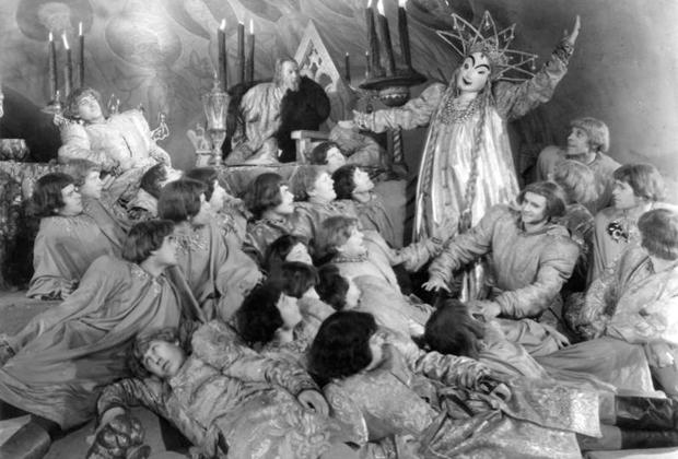 Пир опричников из фильма «Иван Грозный» Сергея Эйзенштейна не понравился Иосифу Сталину, хотя быт и нравы эпохи в нем показаны отлично.